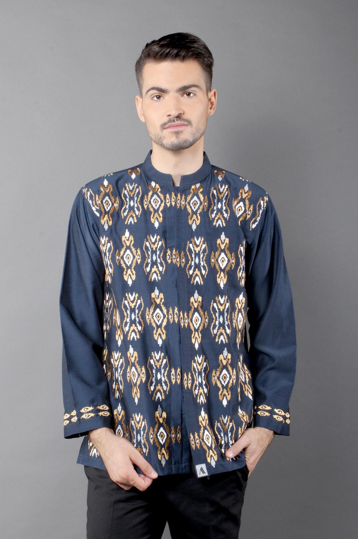 Baju Batik Pria Lengan Panjang dengan Kombinasi Kain Polos