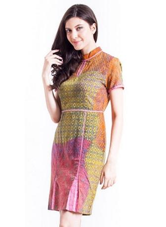 Dress Batik Pendek dengan Motif Modern untuk Menghadiri Undangan