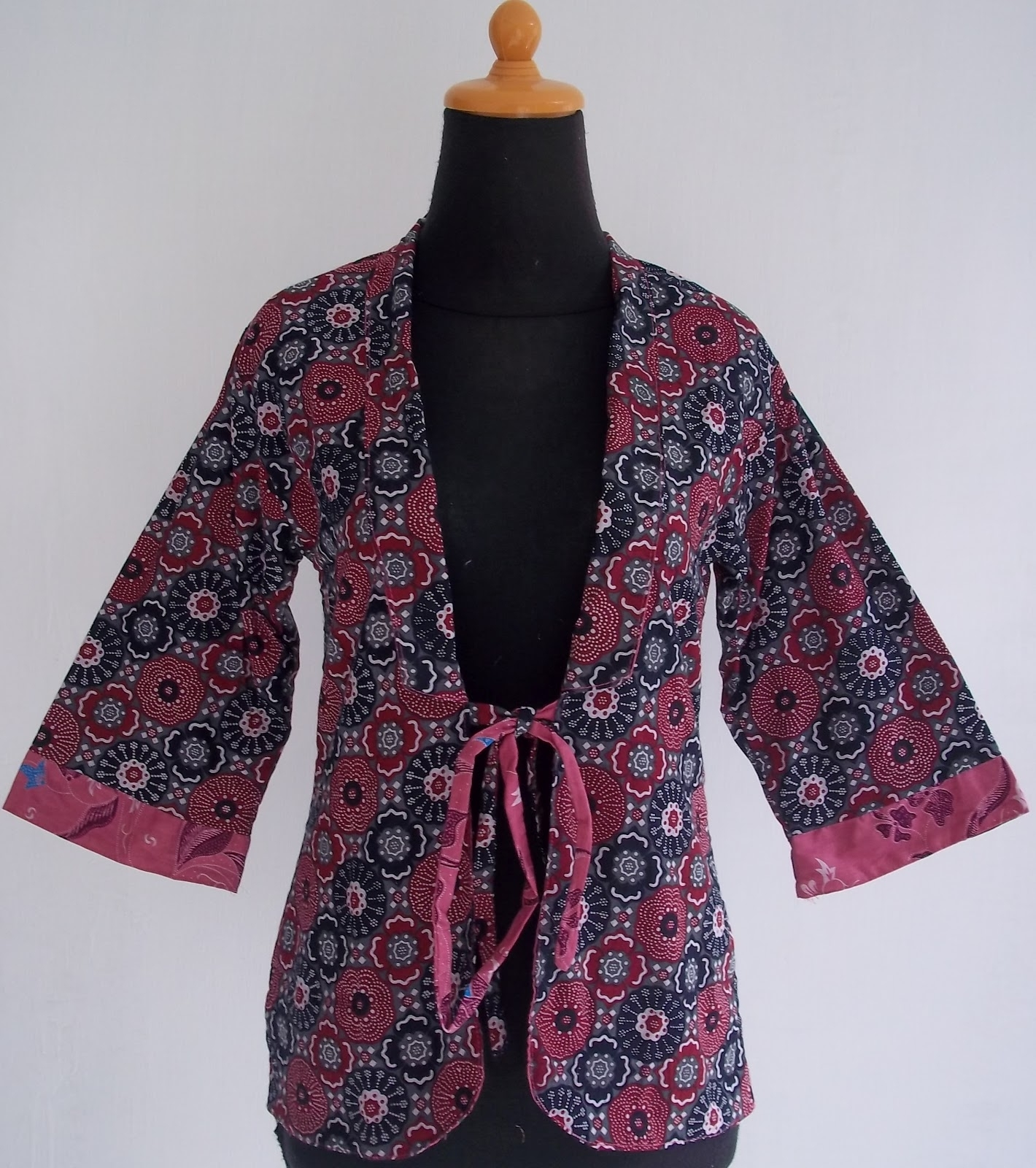 Model Bolero Batik dengan Motif Modern Bisa Dipadukan Berbagai Busana