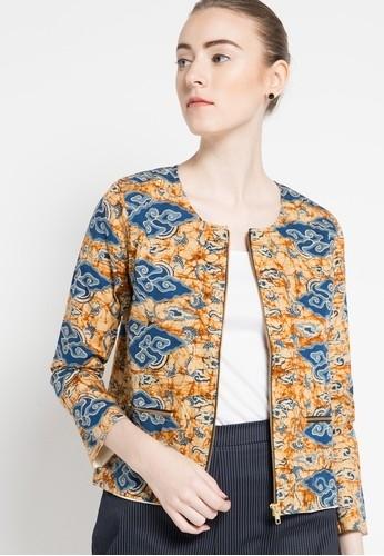 Inspirasi Batik Wanita dengan Model Blazer Bermotif Modern