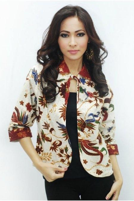 Inspirasi Batik Wanita dengan Model Blazer Bermotif Tradisional