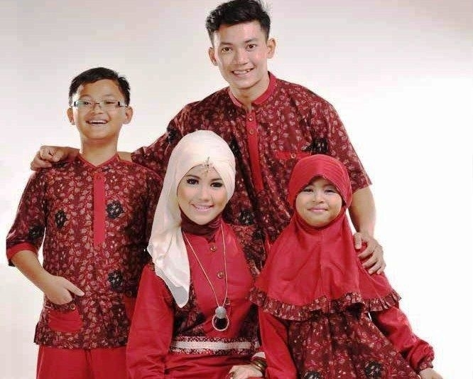 Model Baju Batik Couple untuk Keluarga dalam Acara Pesta