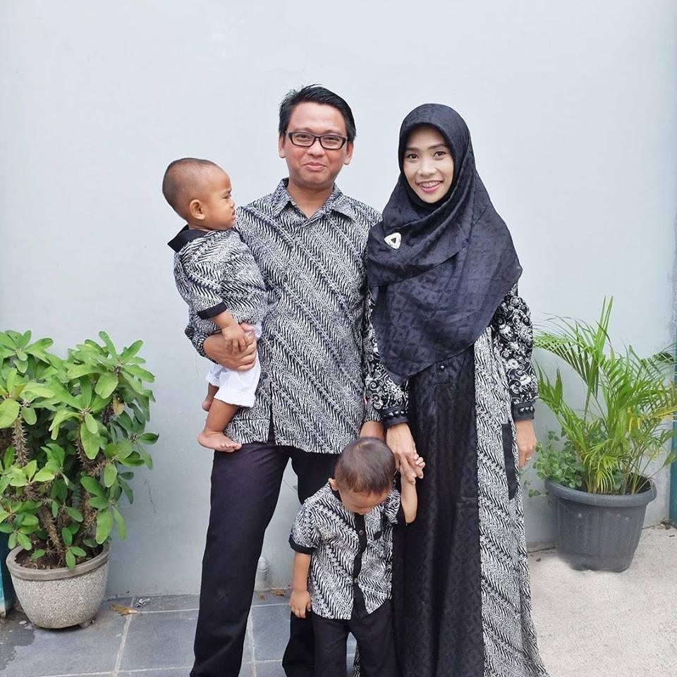 Model Baju Batik Couple untuk Keluarga dengan 2 Orang Anak