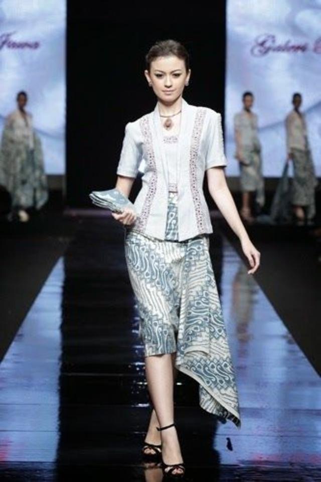 Model Kebaya Kartini dengan Kombinasi Rok dan Lengan Pendek Termodis