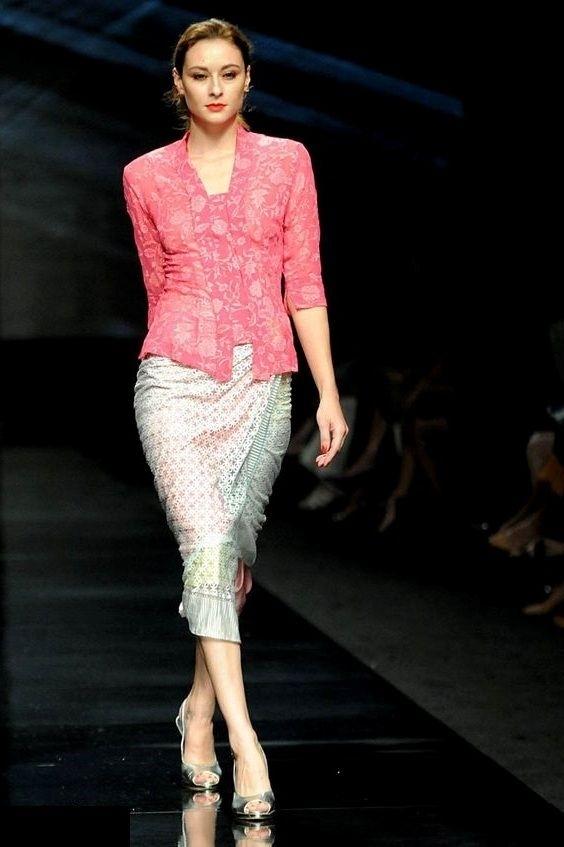 Model Kebaya Kartini dengan Kombinasi Rok dan Lengan Pendek