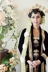 Model Kebaya Pengantin dari Jawa dengan Desain Kartini