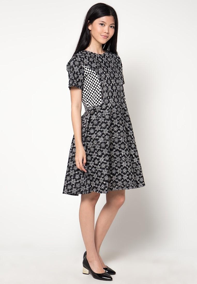 Dress Batik Pendek dengan Motif Modern, Update!