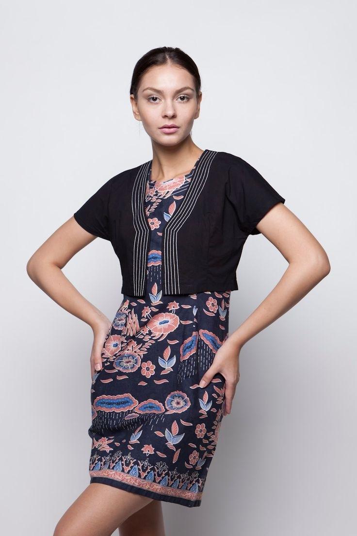 Memadukan Dress Batik dengan Bolero yang Senada