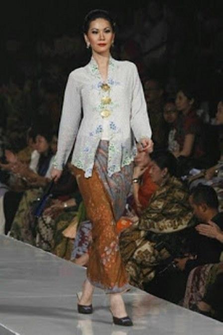 Model Kebaya Kartini Modern dengan Warna Putih